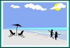 Mädchen auf dem Strandüberspringen Stockbilder