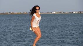 Mädchen auf dem Strand stockbild