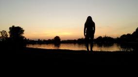 Mädchen auf dem Strand lizenzfreie stockfotografie