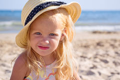 Mädchen auf dem Strand, der einen Hut trägt Lizenzfreie Stockbilder