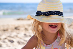 Mädchen auf dem Strand, der einen Hut trägt lizenzfreie stockfotos