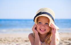 Mädchen auf dem Strand, der einen Hut trägt stockfoto