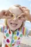 Mädchen auf dem Strand, der Gläser von den Seashells bildet Stockfotografie