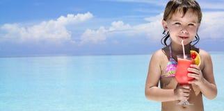 Mädchen auf dem Strand mit Cocktail Stockbild