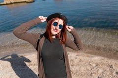 Mädchen auf dem Strand mit einem Hut und Gläsern Lizenzfreies Stockfoto
