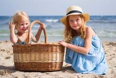 Mädchen auf dem Strand mit einem Korb stockfoto