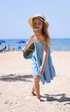 Mädchen auf dem Strand mit einem Korb stockbild