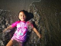 Mädchen auf dem Strand-Sand stockbild