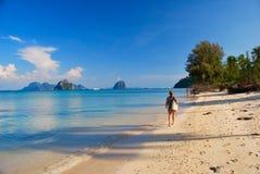 Mädchen auf dem Strand - tropisches Paradies Lizenzfreie Stockfotografie