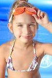 Mädchen auf dem Swimmingpool lizenzfreies stockfoto