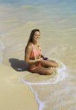 Mädchen auf dem texting Strand Stockbild