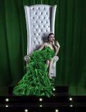 Mädchen auf dem Thron in der Krone Stockfoto