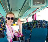 Mädchen auf dem touristischen Bus glücklich mit Sonnenbrillen Lizenzfreie Stockfotos