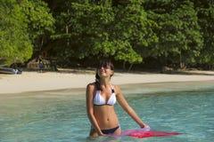 Mädchen auf dem Ufer des Ozeans lizenzfreie stockfotografie