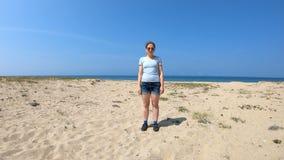 Mädchen auf dem Ufer vom Baikalsee stock footage