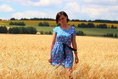 Mädchen auf dem Weizengebiet Stockfoto