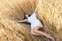 Mädchen auf dem Weizengebiet Stockfotos