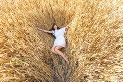 Mädchen auf dem Weizengebiet Lizenzfreie Stockfotografie