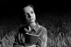 Mädchen auf dem Weizengebiet Stockfotografie