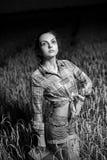 Mädchen auf dem Weizengebiet Lizenzfreie Stockfotos