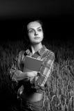 Mädchen auf dem Weizengebiet Stockbilder