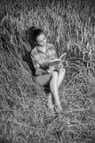 Mädchen auf dem Weizengebiet Lizenzfreies Stockfoto