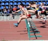 Mädchen auf den 100 Metern Hürderennen Stockfotos