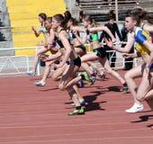 Mädchen auf den 100 Metern Rennen Stockfoto