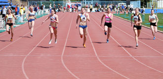 Mädchen auf den 100 Metern Rennen Lizenzfreie Stockfotografie