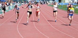 Mädchen auf den 100 Metern Rennen Stockfotografie