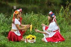 Mädchen auf den Banken des Flusses Stockbild