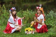 Mädchen auf den Banken des Flusses Lizenzfreie Stockbilder