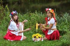 Mädchen auf den Banken des Flusses Lizenzfreie Stockfotos
