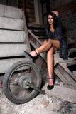 Mädchen auf den dunklen Treppen Lizenzfreies Stockfoto