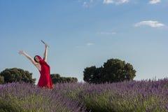 Mädchen auf den Lavendelgebieten Stockfotos