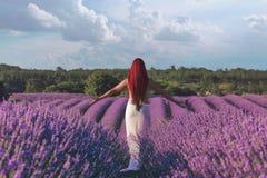 Mädchen auf den Lavendelgebieten Stockbilder