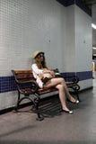 Mädchen auf der Bank in der U-Bahnstation lizenzfreies stockfoto