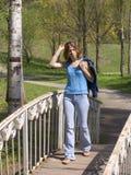 Mädchen auf der Brücke lizenzfreies stockfoto
