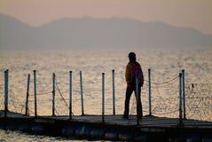 Mädchen auf der Brücke Stockfotografie