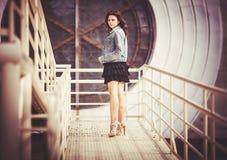 Mädchen auf der Brücke Stockbilder