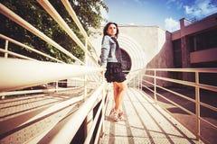Mädchen auf der Brücke Lizenzfreie Stockbilder
