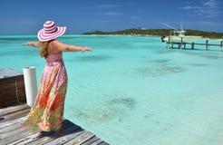 Mädchen auf der hölzernen Anlegestelle, Bahamas Stockfotografie