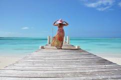 Mädchen auf der hölzernen Anlegestelle. Exuma, Bahamas Lizenzfreie Stockfotos