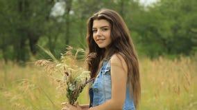 Mädchen auf der Natur stock video