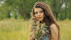 Mädchen auf der Natur stock footage