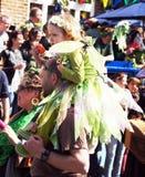 Mädchen auf der Schulter des Vaters in einem Karneval Stockfotos