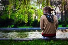 Mädchen auf der Seite des Flusses Stockbild