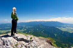Mädchen auf der Spitze von Velky Chocz, Slowakei Stockfotografie