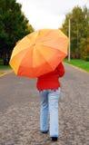 Mädchen auf der Straße mit einem Regenschirm. lizenzfreies stockbild