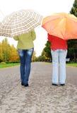 Mädchen auf der Straße mit Regenschirme. lizenzfreie stockfotografie
